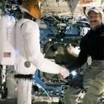 """Kosmoserobot surus astronaudi kätt ja viiples """"Tere!"""""""